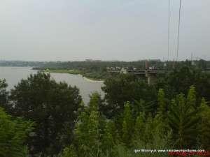 тут виден парк через реку