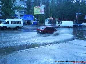 машина проезжает по воде