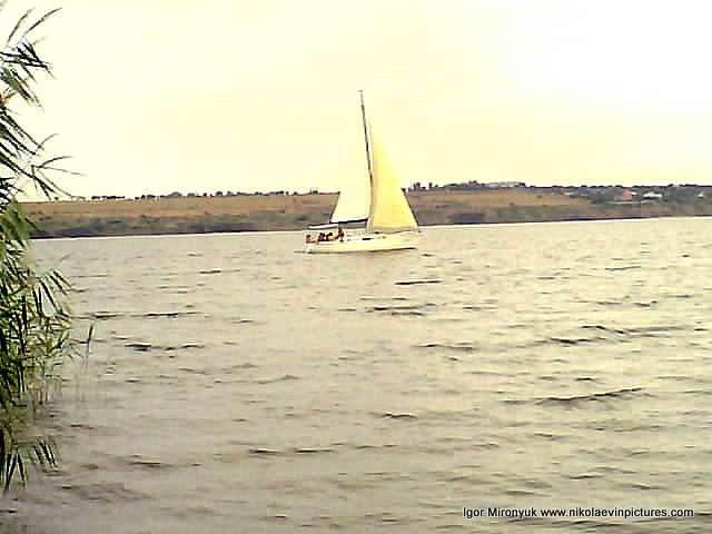 По Бугскому лиману ходят парусные лодки