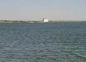 Южный Буг и Варваровка вдали с мельницей (белое здание)