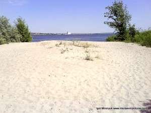 На краю Спасской косы. Белый песок и белая мельница вдалеке.