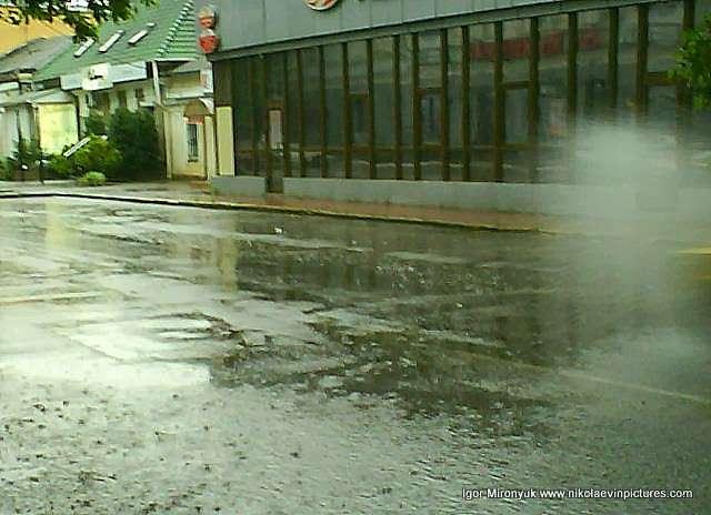 Дождь в Николаеве, белый вихрь на Московской.