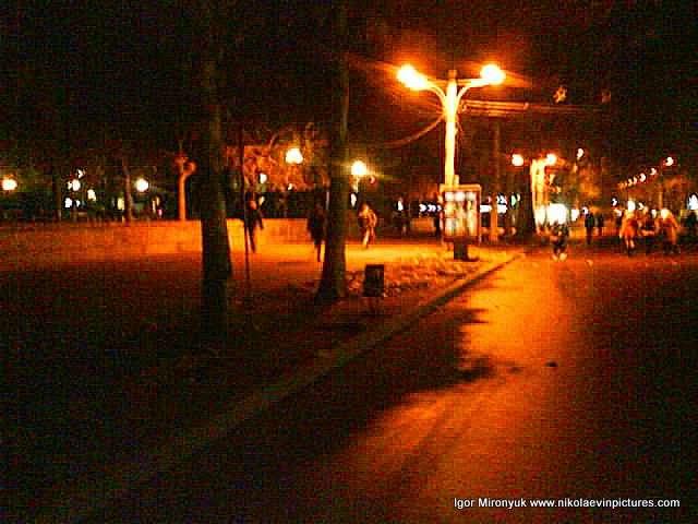 Фонари освещают центральную улицу города.